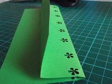 making green paper lantern